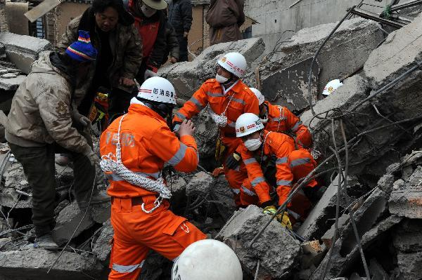 "Rescuers from Qingdao of east China's Shandong Province search for survivors among debris of Minzu Hotel at Gyegu Town of earthquake hit Yushu County of northwest China's Qinghai Province, April 16, 2010. The rescuers have been doing unremitting efforts to save people's lives during the ""golden 72 hours�?since the 7.1-magnitude quake struck Yushu early Wednesday. (Xinhua/Li Ziheng)"