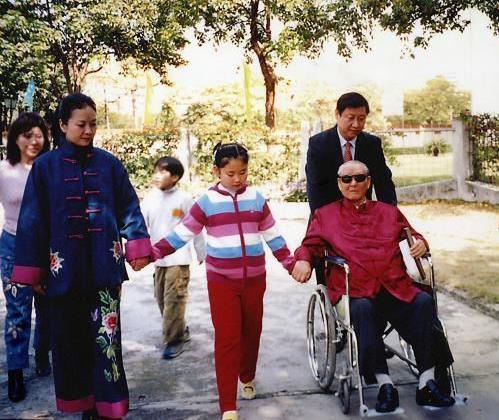 习近平与父亲习仲勋、夫人彭丽媛、女儿的家庭照。(来源:《习仲勋画传》)