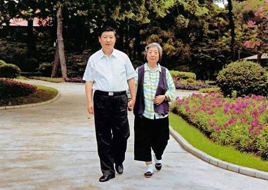 习近平与母亲齐心散步。