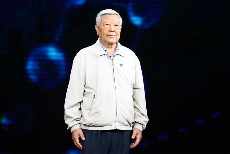 图为赵忠贤在节目录制现场