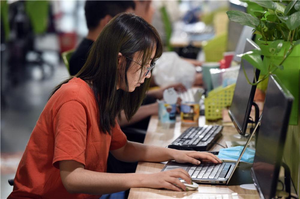 5月12日,今年校招入职的管培生方颖在位于安徽芜湖市的三只松鼠股份有限公司工作。自2月9日复工以来,三只松鼠股份有限公司基于业务持续发展需求,采用直播宣讲、视频面试等线上方式进行招聘,通过纯在线面试录用的应聘者占比超过70%。部分获聘应届毕业生已经入职工作。新华社发(周牧 摄)