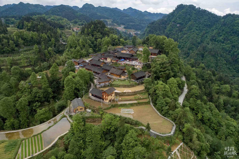 这是湖南花垣县十八洞村。2013年11月习近平在湖南考察时曾强调,要防止一味以生产总值排名比高低、论英雄。