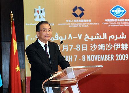 ChinesePremierWenJiabaospeaksduringthe3rdConferenceofChinese,AfricanEntrepreneursintheEgyptianRedSearesortofSharmel-SheikhonNov.7,2009.(Xinhua/LiTao)