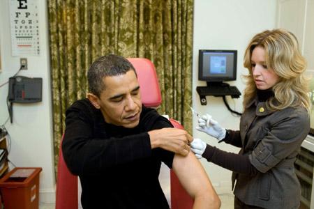 AWhiteHousenursepreparestoadministertheH1N1vaccinetoU.S.PresidentBarackObamaattheWhiteHouseonSunday,Dec.20,2009.ObamaandfirstladyMichelleObamahavereceivedtheirH1N1vaccineshots,saidObamaonMonday.(Xinhua/PeteSouza)