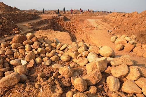 Experts work at the excavation site of a group of 9 ancient tombs possibly dating back to China's Northern Dynasties (386-581) at Xigao Village of Zanhuang County, north China's Hebei Province, Jan. 26, 2010. According to the excavated relics, archeologists estimated that the tombs belonged to a local family of Li. (Xinhua/Yang Shiyao)