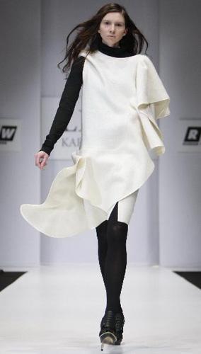 AmodelpresentsacreationbyRussiandesignerLenaKarnauhovaduringtheRussianFashionWeek(RFW2010/2011Fall/Winter)inMoscow,capitalofRussia,April4,2010.(Xinhua/LuJinbo)