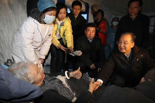 Chinese Premier Wen Jiabao (R) visits a Tibetan woman in Yushu, northwest China's Qinghai Province, April 15, 2010. Wen arrived here on Thursday to inspect the disaster relief work and visit quake-affected local people. (Xinhua/Fan Rujun)
