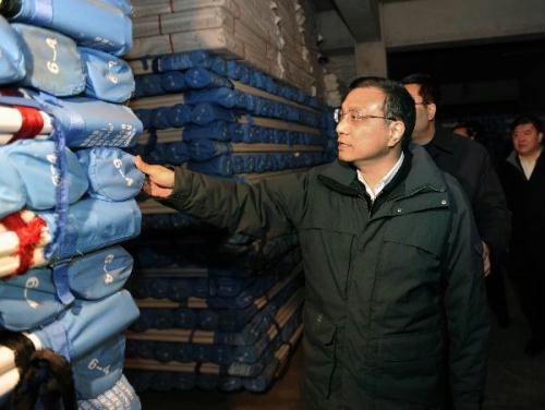 ChineseVicePremierLiKeqiang(front)inspectstheurgenttransportationofquakereliefsuppliesinShenyang,capitalofnortheastChina'sLiaoningProvince,April15,2010.LiKeqiangonThursdaycalledforfullcommitmentinthelogisticsworkfortheearthquakerelieftoensurethebasiclivelihoodofthepeopleinquake-hitareas.(Xinhua/LiTao)