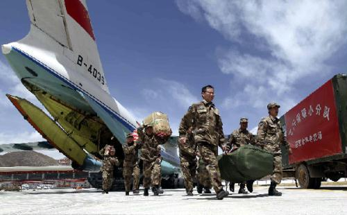 Members of the night navigation support group help to convey relief materials at the Yushu Airport in Yushu, northwest China's Qinghai Province, April 18, 2010.  (Xinhua File Photo/Liu Yinghua)