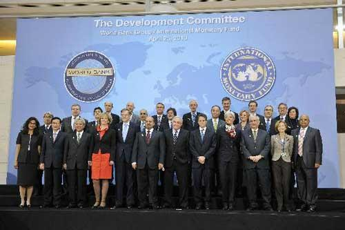 Members of the Development Committee take part in the group photo during the IMF/World Bank Spring Meetings in Washington, capital of United States, April 25, 2010. (Xinhua/Zhang Jun)