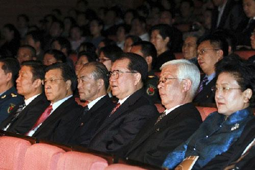 LiChangchun(3rdRfront),memberofthePoliticalBureauStandingCommitteeoftheCommunistPartyofChina(CPC)CentralCommittee,watchesanoperaoftheDemocraticPeople'sRepublicofKorea(DPRK)whichwasadaptedfromtheChineseclassicADreamofRedMansionsinBeijing,May7,2010.(Xinhua/XieHuanchi)
