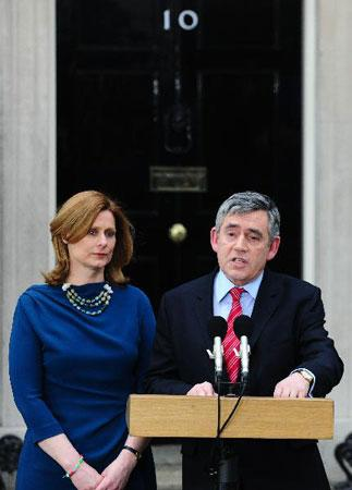 Gordon Brown (R), accompanied by his wife Sarah, announces his resignation as British Prime Minister in front of his official residence of 10 Downing Street in London, May 11, 2010. (Xinhua/Zeng Yi)