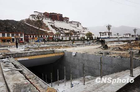 The underground passage of the Potala Palace enters the final phase of construction, April 28, 2010. Workers work overtime to ensure the project is completed on time. [Photo: Chinanews.com.cn]