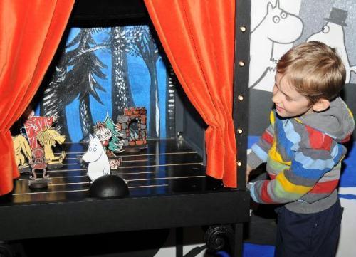 AchildplaysatamuseumfeaturedcartoonfigureMuumiinHelsinki,Finland,May7,2010.(Xinhua/ZhaoChangchun)