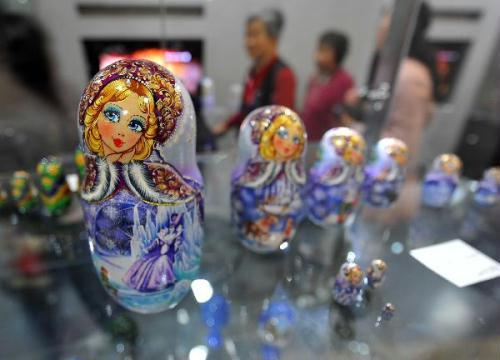 Traditional matryoshka dolls are on display at the Russia Pavilion in the World Expo park in Shanghai, east China, May 14, 2010. (Xinhua/Luo Xiaoguang)