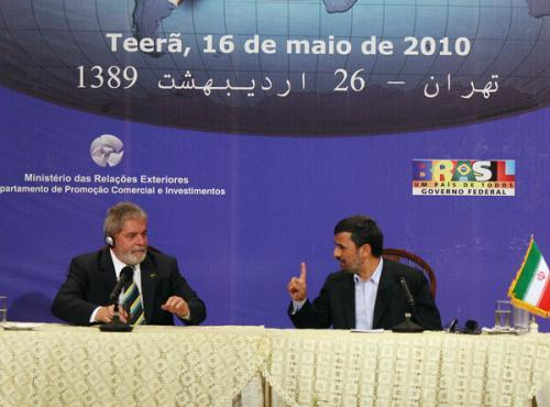 Iranian President Mahmoud Ahmadinejad (R) attends a bilateral economic session with Brazilian President Luiz Inacio Lula da Silva in Tehran, May 16, 2010.  (Xinhua/Ahmad Halabisaz)