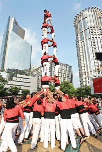 "Spanish castellers build a ""human tower"" on Shanghai's Nanjing Road pedestrian precinct on Sunday.(Source: China Daily / Gao Erqiang )"