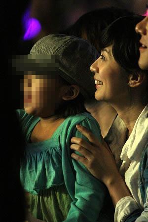上月,贾静雯带着女儿看罗志祥的演唱会。