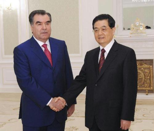 ChinesePresidentHuJintao(R)meetswithTajikPresidentEmomaliRakhmoninTashkent,capitalofUzbekistan,onJune10,2010.(Xinhua/JuPeng)