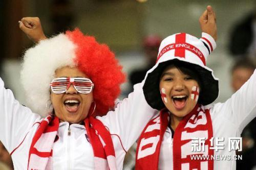 Soccer fans of England (Xinhua Photo)