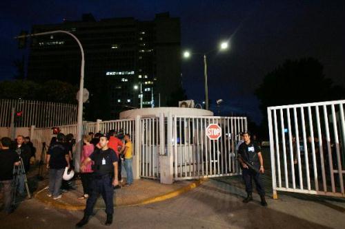 PoliceguardtheentrancetotheGreekCitizenProtectionMinistryinAthensafteraparcelbombattackonJune24,2010.GreekCitizenProtectionMinisterMichalisChrisohoidisconfirmedonThursdayeveningthatonepoliceofficerdiedduringanunprecedentedterroristattackinsidethebuildingoftheministry.(Xinhua/MariosLolos)