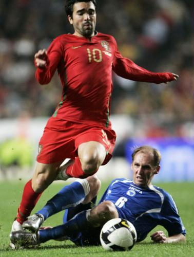 Portugal's Deco (L) goes over Bosnia's Elvir Rahimic during their World Cup 2010 playoff qualifying soccer match at the Estadio da Luz stadium in Lisbon, November 14, 2009. (Xinhua/Reuters File Photo)