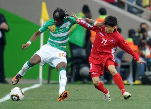 MunIn-Guk(R)oftheDemocraticPeople'sRepublicofKorea(DPRK)vieswithGervinhoofCoted'IvoireduringtheGroupGlastroundmatchat2010FIFAWorldCup,atMbombelaStadiuminNelspruit,SouthAfrica,onJune25,2010.(Xinhua/WangYuguo)