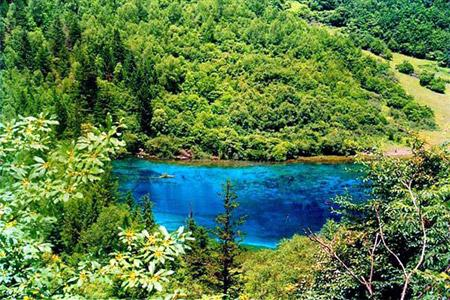 Praised for its natural beauty, Jiuzhaigou is known as Heaven on earth and a fairyland of colors. The scenery in Jiuzhaigou differs with the four seasons.