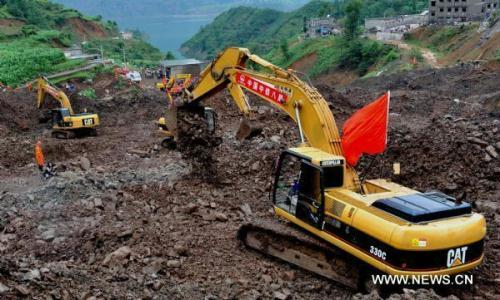 An excavator works at the site of a landslide in Gangwu Township of Anshun City's Guanling County, southwest China's Guizhou Province, on June 30, 2010.(Xinhua/Yang Ying)