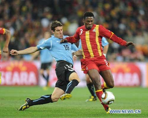 Asamoah Gyan (R) of Ghana vies with Andres Scotti of Uruguay during their 2010 World Cup quarter-final soccer match at Soccer City stadium in Johannesburg, South Africa, on July 2, 2010. (Xinhua/Li Ga)