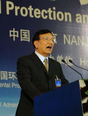 Zhang Guobao, vice minister of China's State Development and Reform Commission and head of China's National Energy Administration, gives a speech at the Environmental Protection and Urban Responsibilities Forum in Nanjing, capital of east China's Jiangsu Province, July 3, 2010. The forum, a theme event of the Shanghai World Expo, opened here Saturday, attracting more than 600 officials and scholars from around the world. (Xinhua/Chen Qi)