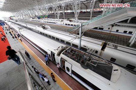Passengers board on a high-speed train traveling between Shanghai and Nanjing at Nanjing Railway Station of east China's Jiangsu Province, July 1, 2010. The service, with trains running at up to 350 km an hour, will cover the 301-km route in just 73 minutes, carving 80 minutes of the previous time. (Xinhua/Sun Can)