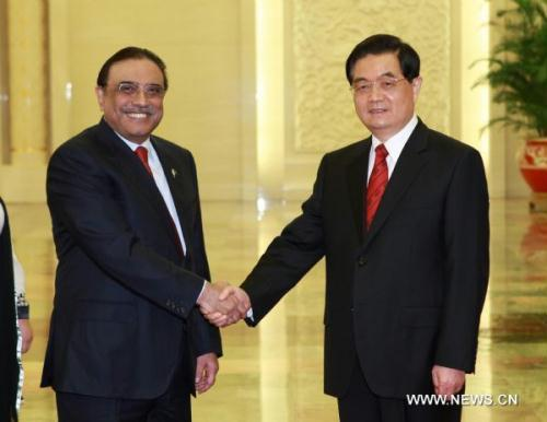 Chinese President Hu Jintao (R) meets with Pakistani President Asif Ali Zardari at the Great Hall of the People in Beijing, capital of China, on July 7, 2010.(Xinhua/Pang Xinglei)