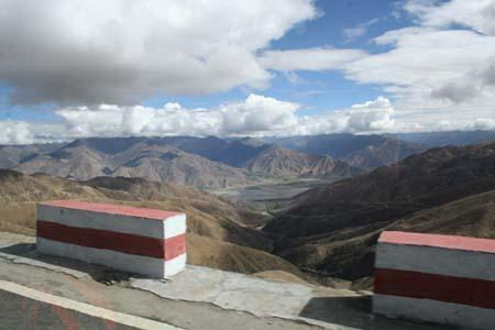 Photo taken July 7, 2010 shows view from the road from Lhasa to Shigatse. (Photo: CRI / Dominic Swire)