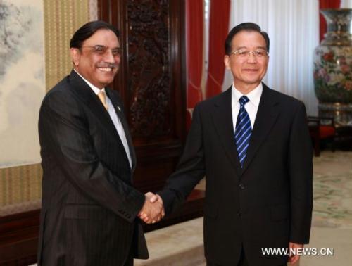 ChinesePremierWenJiabao(R)meetswithvisitingPakistaniPresidentAsifAliZardariinBeijingJuly8,2010.(Xinhua/PangXinglei)