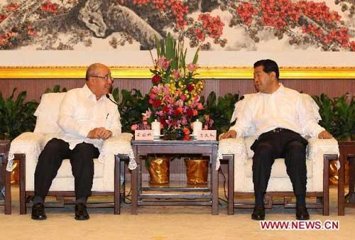 Jia Qinglin (R), chairman of the National Committee of the Chinese People's Political Consultative Conference, meets with Wu Poh-Hsiung, honorary chairman of the Chinese Kuomintang (KMT), in Guangzhou, capital of south China's Guangdong Province, July 9, 2010. (Xinhua/Ma Zhancheng)