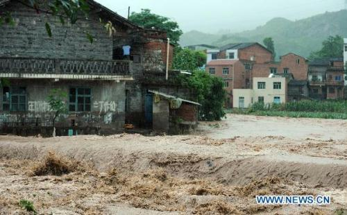 PhototakenonJuly10,2010showsthefloodinFenshuiTown,WanzhouDistrictofChongqing,southwestChina.TherainstormhithereagainonedayafterittriggeredlandslidesandfloodonFriday.(Xinhua/ZhouHengyi)