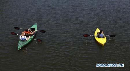People paddle on the Potomac River in Washington D.C., capital of the United States, July 11, 2010. (Xinhua photo)