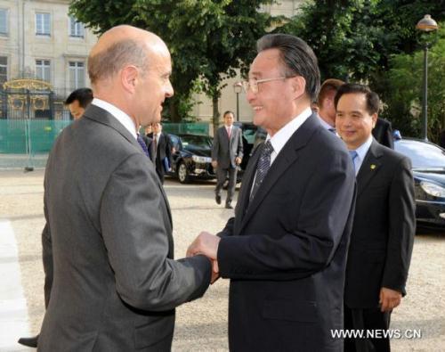 WuBangguo(RFront),chairmanoftheStandingCommitteeofChina'sNationalPeople'sCongress,thecountry'stoplegislature,meetswithMayorofBordeauxAlainJuppeinBordeaux,France,onJuly11,2010.(Xinhua/ZhangDuo)