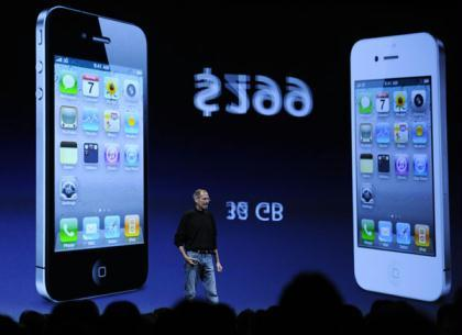 Apple CEO Steve Jobs demonstrates the new iPhone 4 during the Apple Worldwide Developers Conference in San Francisco, California, the United States, June 7, 2010. (Xinhua/Qi Heng)