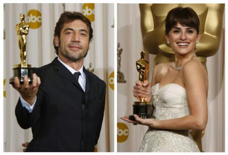 "Spanish actors Javier Bardem and Penelope Cruz have joined the ranks of Oscar-winning married couples after tying the knot in the Bahamas earlier this month, according to several celebrity magazines on July 13, 2010. The combination picture shows Bardem (L) after winning best supporting actor for his work in ""No Country for Old Men"" at the 80th annual Academy Awards in 2008, and Penelope Cruz after winning best supporting actress for ""Vicky Cristina Barcelona"" at the 81st Academy Awards in 2009. (Xinhua/Reuters Photo)"
