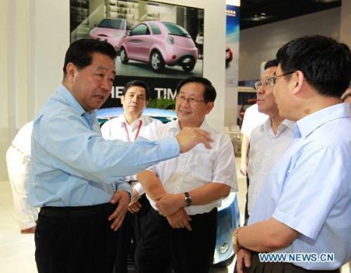 JiaQinglin(L),chairmanoftheNationalCommitteeoftheChinesePeople'sPoliticalConsultativeConference,visitstheChinaAchievementsExpoforSelf-innovatedAutoTechnologyandProductsinBeijing,capitalofChina,July15,2010.(Xinhua/XieHuanchi)