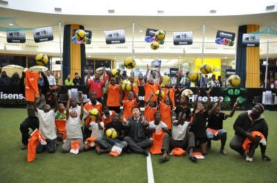 南非参赛小队员将海信足球抛向空中,表达参赛的喜悦