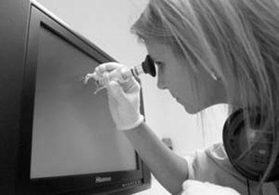 技术人员正在检验海信电视屏幕。