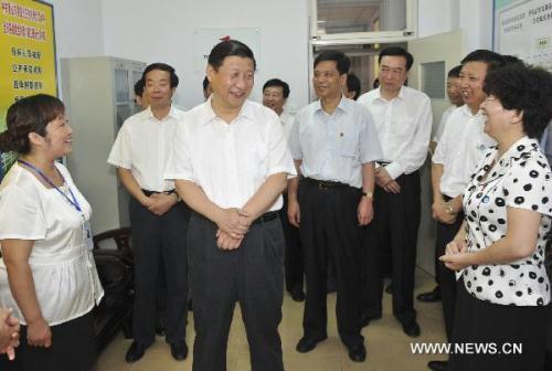 ChineseVicePresidentXiJinping(L,front),whoisalsoamemberoftheStandingCommitteeofthePoliticalBureauoftheCommunistPartyofChina(CPC)CentralCommittee,shakeshandswithanworkeratanorewharfinCaofeidianport,TangshanCityofnorthChina'sHebeiProvince,July18,2010.XiJinpingpaidaninspectiontoTangshanfromJuly17toJuly18.(Xinhua/HuangJingwen)