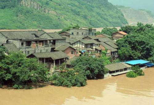 Photo taken on July 19, 2010 shows the Ciqikou Town surrounded by flood water of the Jialingjiang River, southwest China's Chongqing Municipality. The water level of Beibei section of Jianglingjiang River rose to 197.76 meters, 3.26 meters higher than the alarm line. (Xinhua Photo)