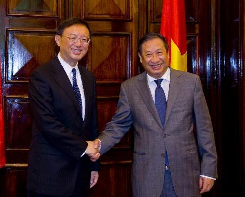 Vietnamese Deputy Prime Minister and Foreign Minister Pham Gia Khiem (R) meets with Chinese Foreign Minister Yang Jiechi in Hanoi, capital of Vietnam, July 21, 2010.(Xinhua/Chen Duo)