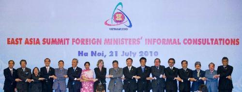 ParticipantsposeforgroupphotosduringtheEastAsiaSummitForeignMinisterss'InformalConsultationsinHanoi,capitalofVietnam,July21,20100.(Xinhua/ChenDuo)