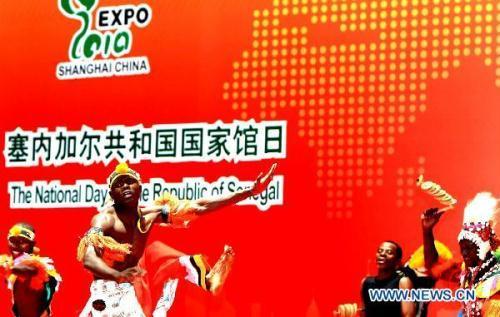 SenegaleseactorsperformduringaceremonytomarktheNationalPavilionDayfortheRepublicofSenegalatthe2010WorldExpoinShanghai,eastChina,July24,2010.(Xinhua/ZhangMing)