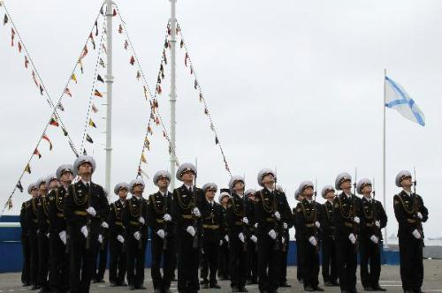 Russian soldiers attend a ceremony marking the Navy Day in Vladivostok, Russia, July 25, 2010. The Russian Navy Day falls on the last Sunday of July every year. (Xinhua/Lu Guodong)